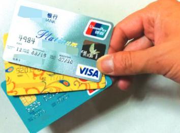 保险公司员工谎称为客户升级保单向公司贷款 套现诈骗数十万元